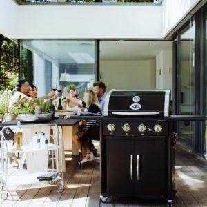 Ψησταριά BBQ υγραερίου Outdoorchef Australia 415G με παρέα σε τραπέζι. Ψησταριά υγραερίου Πλεονεκτήματα και οφέλη