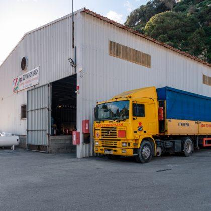 Κύριο κτίριο και φορτηγό
